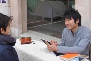 Hiroki realizza un ritratto durante la raccolta fondi per il Giappone organizzata a Ferrara l'11/03/12